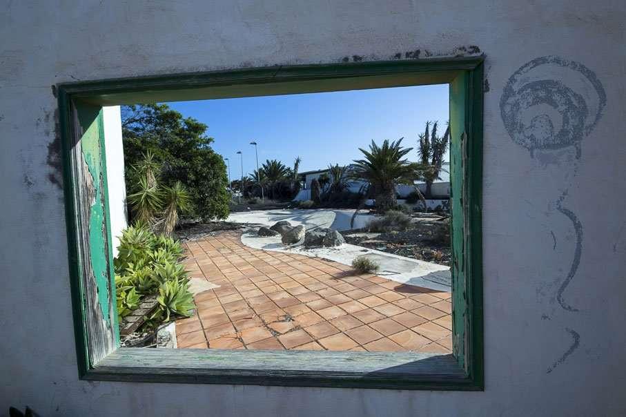 Ventana al Centro de deportes abandonado Lanzarote, Costa Teguise