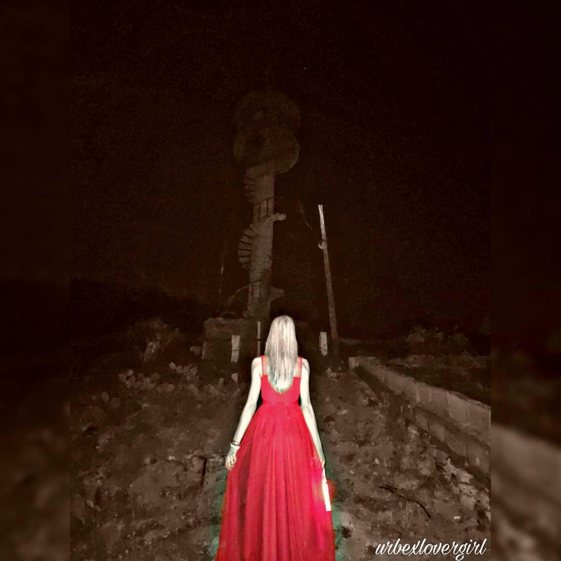 Urbex-Lover-Girl-se-acerca-a-una-escalera