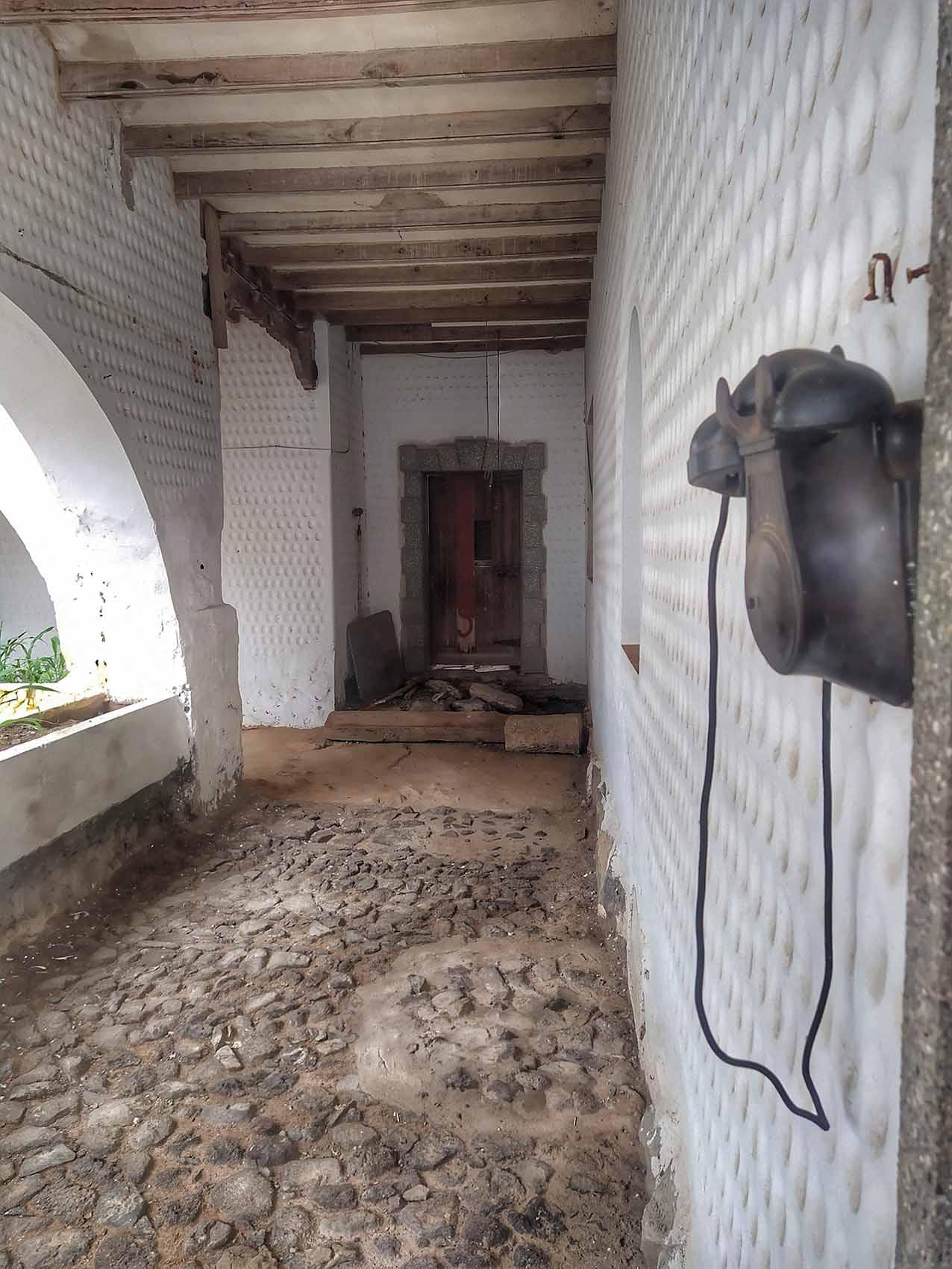 Dettalle de un telefono antiguo en Villa Winter, Fuerteventura