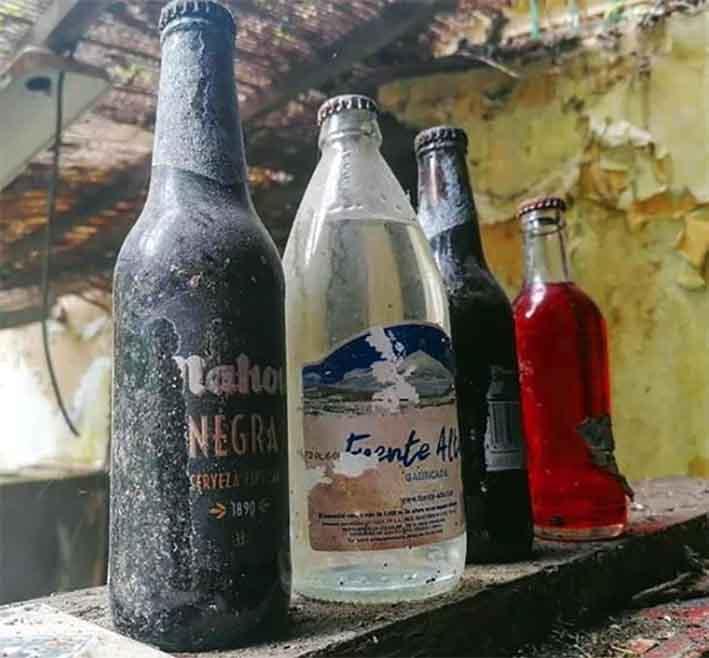 Botellas de Cerveza con polvo. Mahou negra del... Siglo XX!
